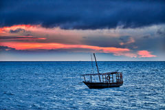Доу отбрасывает в море на заходе солнца Стоковые Изображения RF