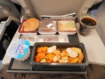 ДОХА, КАТАР - 4-ОЕ МАРТА 2017: Еда эконом-класса установленная на полете Qatar Airways от Дохи к Стамбулу, Турции стоковые изображения rf