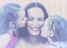 Дочери целуя их мать - ретро Стоковые Изображения RF