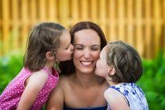 Дочери целуя их мать Стоковое Изображение RF