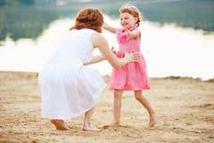 Дочь бежать для того чтобы быть матерью в лете Стоковые Фотографии RF