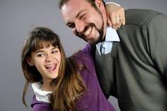 дочь выражающ влюбленность отца их стоковая фотография rf