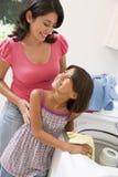 дочь делая мать прачечного Стоковая Фотография RF