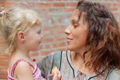 дочь ее мать напольная стоковые фото