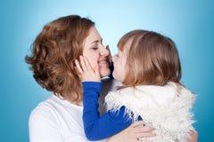 дочь ее усмехаться плеч игры мамы Стоковое Фото