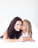 дочь ее целуя мать стоковые изображения