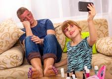 Дочь делая selfi с папой состава Стоковое фото RF