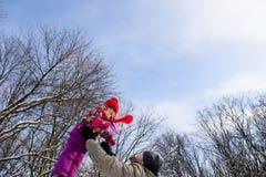 Дочь задвижки отца на небе Стоковая Фотография
