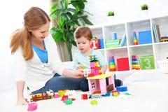 Дочь играя, строение матери и ребенка от конструктора Стоковое фото RF