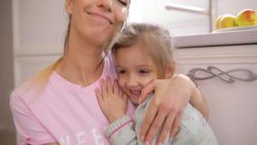 Дочь и ее объятие матери дома в замедленном движении видеоматериал