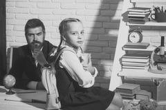 Дочь и ее отец на белой предпосылке кирпича Стоковые Фотографии RF