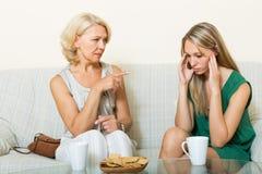 Дочь и зрелая мать имея серьезный говорить Стоковые Изображения