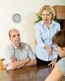 Дочь и зрелые родители имея серьезный говорить Стоковые Фотографии RF