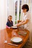 Дочь и мама устанавливая таблицу Стоковые Фото