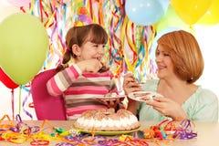 Дочь и мать едят именниный пирог Стоковое фото RF