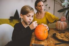 Дочь и мать создавая Джек-O-фонарик Стоковое Изображение RF