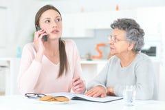 Дочь и пожилая мать звоня телефонный звонок Стоковые Изображения