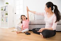 Дочь и элегантной поднятый матерью хлопать рук Стоковое фото RF