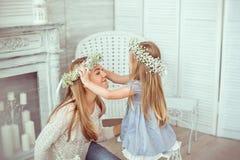 Дочь кладет флористический венок на ее мать Стоковые Фотографии RF