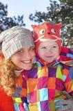 Дочь мамы и младенца в снежном лесе. Стоковая Фотография