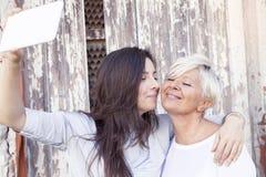 Дочь матери и взрослого принимает selfie стоковое изображение