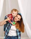 Дочь матери и младенца играя с шариком Стоковая Фотография