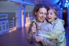 Дочь мати обнимая на палубе корабля Стоковые Фотографии RF