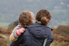 дочь нося ее мать Стоковое фото RF