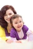 дочь обнимает счастливо ее смеясь над мать стоковая фотография rf