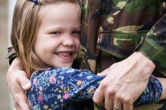 Дочь обнимая воинский дом отца на разрешении Стоковое фото RF