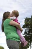 дочь обнимая мать Стоковое Изображение RF