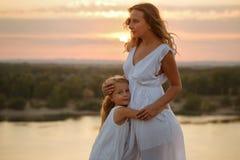 дочь обнимая мать Стоковые Изображения RF