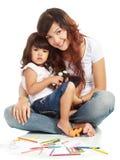 дочь обнимая усмехаться мамы стоковая фотография