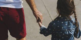 Дочь отца семьи держа единение руки Стоковые Изображения RF