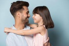 Дочь отца смотря один другого чувствует съемку студии любов стоковые фото