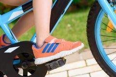 Дочь отца уча для того чтобы ехать велосипед Стоковая Фотография