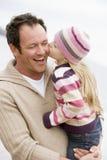 дочь пляжа будет отцом его целовать удерживания Стоковое Изображение