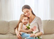 Дочь поздравляет маму Стоковая Фотография