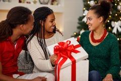 Дочь получая подарок рождества от родителей Стоковое Изображение RF