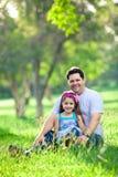 дочь после полудня наслаждаясь парком отца стоковые фотографии rf