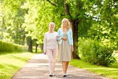 Дочь при старшая мать идя на парк лета Стоковое фото RF