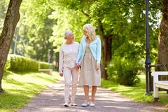 Дочь при старшая мать идя на парк лета Стоковые Изображения