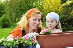дочь садовничая имеющ время мати Стоковое Изображение