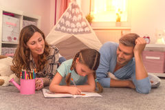 Дочь семьи heloing для scool Стоковая Фотография