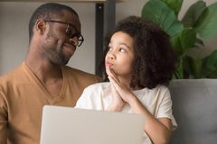 Дочь спрашивая папе новые игрушку или игру в онлайн магазине стоковые фото