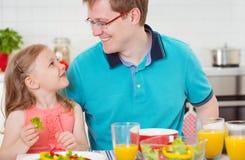 Дочь счастливого отца withpretty имея завтрак потехи Стоковые Фото