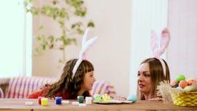 Дочь с матерью смотря другое и усмехаясь смеяться сток-видео