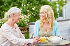 Дочь с чаем старшей матери выпивая на кафе Стоковое Изображение RF