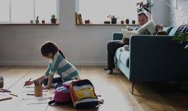 Дочь тратит учить праздника счастья времени Стоковая Фотография RF
