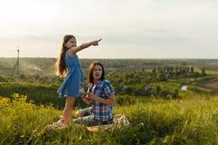 Дочь указывает палец на что-то интересное Стоковое Изображение RF